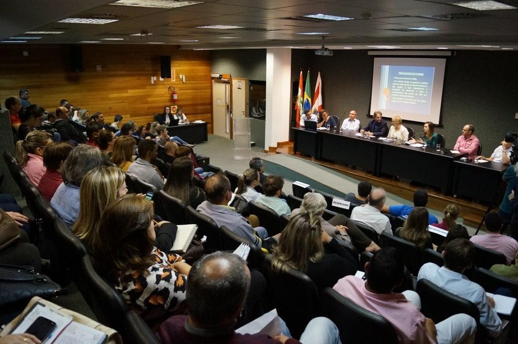 Debate reuniu gestores municipais, especialistas e educadores de diferentes regiões de SC